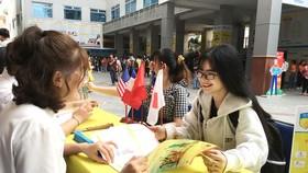 Nộp hồ sơ kỳ tuyển sinh năm 2020  vào một trường đại học ở TPHCM. Ảnh: BÙI ANH TUẤN