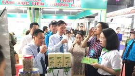 Phó Chủ tịch UBND TPHCM Trần Vĩnh Tuyến dùng thử sản phẩm  tại Chương trình Kích cầu tiêu dùng 2020
