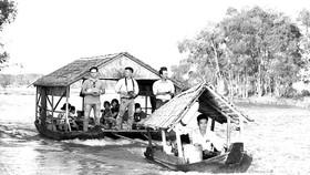 Du khách trải nghiệm Vườn Quốc gia Tràm Chim