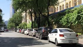 Nhiều ô tô đậu trên đường Hai Bà Trưng (quận 1, TPHCM)