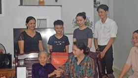 Chủ tịch Quốc hội Nguyễn Thị Kim Ngân thăm gia đình bà Thi Thị Biên - vợ liệt sĩ