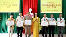 Bà Nguyễn Thúy Hằng, Phó Chủ tịch Ủy ban MTTQVN Cần Thơ trao bằng khen cho các tập thể