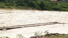 Cầu tạm ở xã Trung Tiến, huyện vùng biên Quan Sơn bị cuốn trôi một phần