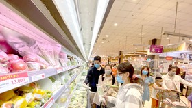 Mua sắm tại Aeon Mall Tân Phú, quận Tân Phú, TPHCM, ngày 14-8-2020. Ảnh: CAO THĂNG