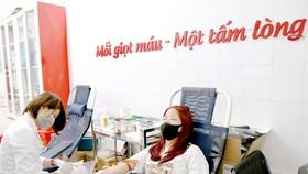 Bạn trẻ hiến máu tình nguyện tại điểm hiến máu nhân đạo 26 Lương Ngọc Quyến, Hà Nội  trong những ngày phòng chống dịch Covid-19