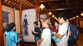 Sinh viên đến tham quan và học tập tại Bảo tàng Áo dài. Ảnh: THANH TÙNG