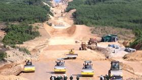 Dự án cao tốc Cam Lộ - La Sơn phấn đấu cơ bản xong phần nền, mố trụ các cầu vào cuối năm 2020. Ảnh: VĂN THẮNG