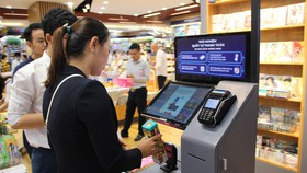 Bạn đọc mua sách và văn phòng phẩm sẽ có hệ thống tra cứu tự động và thanh toán dễ dàng