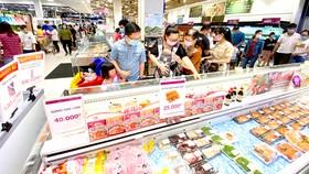 Đông đảo khách hàng đến mua sắm tại siêu thị Aeon Bình Tân, TPHCM. Ảnh: CAO THĂNG