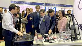 Chủ tịch UBND TPHCM Nguyễn Thành Phong tìm hiểu khả năng kết nối sản phẩm công nghiệp hỗ trợ tại Hội chợ công nghiệp hỗ trợ Việt Nam cuối năm 2019