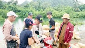 Một nhóm từ thiện vận chuyển hàng cứu trợ tại miền Trung