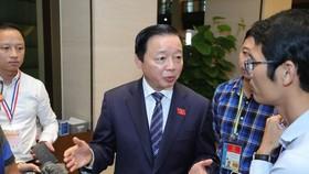 Bộ trưởng Bộ Tài nguyên và Môi trường Trần Hồng Hà trao đổi với báo chí sáng 24-10. Ảnh: QUANG PHÚC