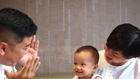 Chăm con ngoài chế độ khoa học còn cần sự cảm thông, chia sẻ giữa các thành viên trong gia đình. Ảnh: HOÀNG HÙNG
