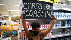 Một người biểu tình ở siêu thị Carrefour. Ảnh: TTXVN/AFP