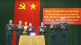 Chủ tịch Quốc hội, Nguyễn Thị Kim Ngân tặng quà cho Bộ Tư lệnh Quân khu 4