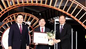 """Ông Trần Văn Tần, thành viên HĐQT đại diện VietinBank, nhận danh hiệu """"Doanh nghiệp bền vững Việt Nam"""" năm 2020"""