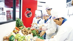 10 đội thi tham gia nấu ăn cùng bếp trưởng Norbert Ehrbar và siêu đầu bếp Lê Xuân Tâm
