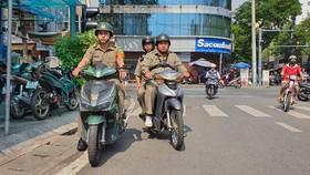 Bảo vệ dân phố phường Nguyễn Thái Bình, quận 1 tuần tra địa bàn. Ảnh: ĐOÀN HIỆP