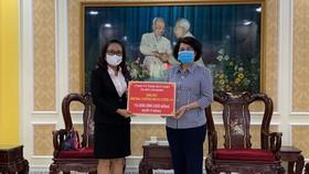 Đại diện Lãnh đạo Công ty TNHH MTV Xổ số kiến thiết TPHCM trao tặng 10 tỷ đồng đến Lãnh đạo Ủy ban MTTQ Việt Nam TPHCM để phòng chống dịch Covid-19