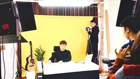 Phạm Công Dương (ngồi) và ê kíp sản xuất chương trình cho Famy Korean