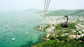 Cáp treo Hòn Thơm là cáp treo vượt biển dài nhất thế giới, thu hút đông đảo du khách đến tham quan, giải trí. Ảnh: TẤN THÁI