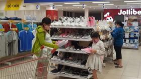 Khách hàng mua hàng thời trang tại siêu thị Co.opmart