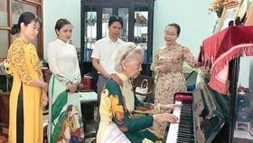 Nhà giáo Nguyễn Bình Minh gắn bó với áo dài từ lúc còn trẻ đến khi tuổi đã cao