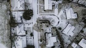 Những ngôi nhà bị phủ đầy tuyết ở Houston, Texas hôm 15-2. Ảnh: AP