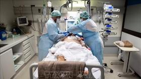 Nhân viên y tế điều trị cho bệnh nhân nhiễm Covid-19 tại bệnh viện ở Toulouse, Pháp. Ảnh: AFP/TTXVN