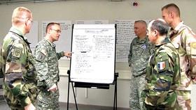 Các sĩ quan Mỹ và NATO thảo luận