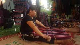 Các nghệ nhân A Lưới (Thừa Thiên – Huế) trình diễn kỹ nghệ dệt Zèng- Di sản văn hóa phi vật thể quốc gia tại ngày khai mạc Festival nghề truyền thống Huế 2019. Ảnh: VĂN THẮNG