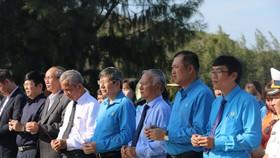 Lãnh đạo Tổng LĐLĐ Việt Nam, LĐLĐ tỉnh Khánh Hòa dâng hương tưởng nhớ 64 cán bộ, chiến sĩ hy sinh tại Gạc Ma năm 1988. Ảnh: KỲ NAM