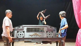 Nhân viên hậu đài Sân khấu Kịch Hồng Vân chuyển cảnh trí trong một vở diễn
