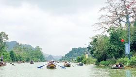 Du khách tấp nập đến chùa Hương trong ngày đầu mở cửa trở lại