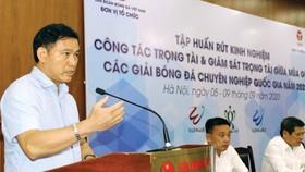 Ông Trần Anh Tú chỉ đạo ở một khóa bồi dưỡng trước thềm mùa bóng 2021. Ảnh: P.NGUYỄN