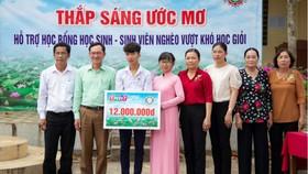 """Công ty TNHH MTV Xổ số kiến thiết tỉnh Đồng Tháp trao học bổng """"Thắp sáng ước mơ"""" tại xã An Khánh, huyện Châu Thành"""