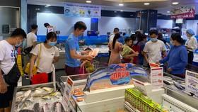 Người tiêu dùng mua thủy sản khuyến mãi tại một siêu thị ở TPHCM. Ảnh: CAO THĂNG