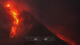 Dung nham phun trào từ miệng núi lửa Sinabung tại làng Tiga Pancur ở Karo, Bắc Sumatra, Indonesia, ngày 14-2-2021. Ảnh: THX/TTXVN