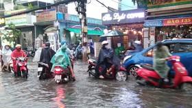 Đường Lê Đức Thọ (phường 13, quận Gò Vấp, TPHCM) ngập nặng sau cơn mưa ngày 24-4
