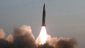 Tên lửa đạn đạo dẫn đường chiến thuật kiểu mới do Học viện Khoa học Quân sự Triều Tiên phóng thử từ thị trấn Hamju, tỉnh Nam Hamgyong ngày 25-3-2021. Ảnh: YONHAP/TTXVN