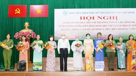 Trưởng Ban Tuyên giáo Thành ủy TPHCM Phan Nguyễn Như Khuê trao bằng khen cho tập thể, cá nhân
