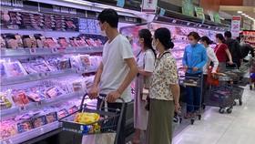 Người dân TPHCM tuân thủ các biện pháp phòng dịch khi đi mua sắm tại siêu thị. Ảnh: CAO THĂNG