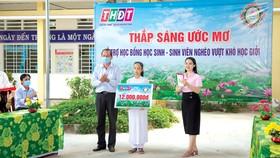 Ông Lưu Hoàng Tân - Chủ tịch, Giám đốc Công ty TNHH MTV XSKT Đồng Tháo trao học bổng cho em Đỗ Thị Kim Ngân