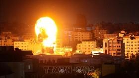 Khói lửa bốc dữ dội tại thành phố Gaza khi máy bay Israel oanh tạc vùng đất hiện do Phong trào Hồi giáo Hamas của Palestine kiểm soát, ngày 17-5-2021. Ảnh: AFP/TTXVN