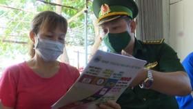 Bộ đội biên phòng Cần Thạnh tuyên truyền cho người dân về phòng chống dịch Covid-19 và xuất nhập cảnh trái phép