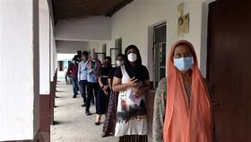 Người dân chờ được tiêm vaccine ngừa Covid-19 tại Patna, Ấn Độ ngày 12-5-2021. Ảnh: THX/TTXVN