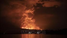 Cột khói phun lên từ miệng núi lửa Nyiragongo ở CHDC Congo ngày 22-5-2021. Ảnh: AFP/TTXVN