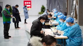 Đăng ký tiêm chủng tại một trung tâm tiêm chủng ở Bắc Kinh