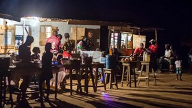 Vùng nông thôn Sierra Leone được thắp sáng bởi thiết bị tạo ra điện từ chuyển động của Thoronka