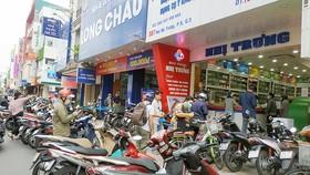 Người dân mua xếp hàng mua thuốc
